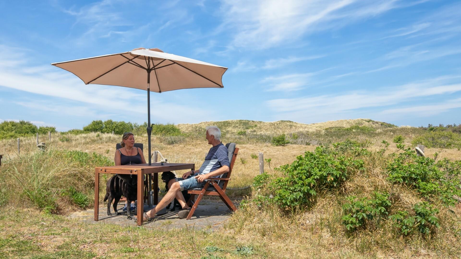 Terras van BB Uit en Thuis in de duinen VVV Texel