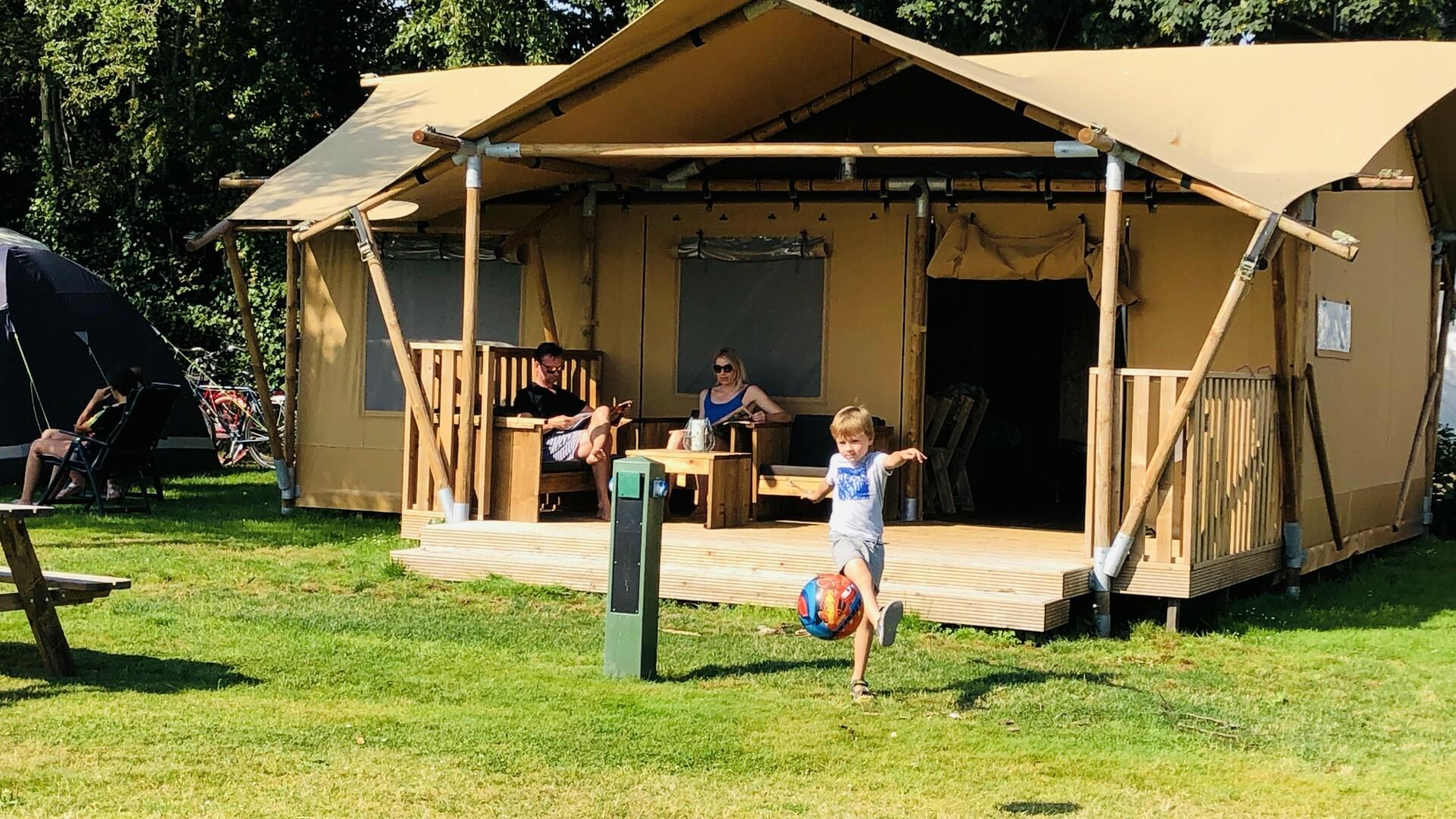Familie bij ingerichten lodge op camping Coogherveld VVV Texel