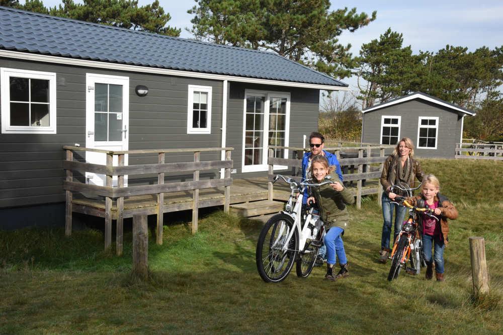 Gezin met fiets Camping Loodmansduin chalet De Geul VVV Texel