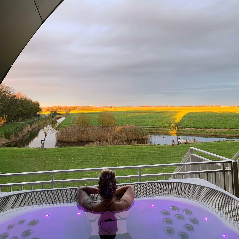 Vanuit de jacuzzi de zonsondergang bekijken bij Hotel Texel VVV Texel