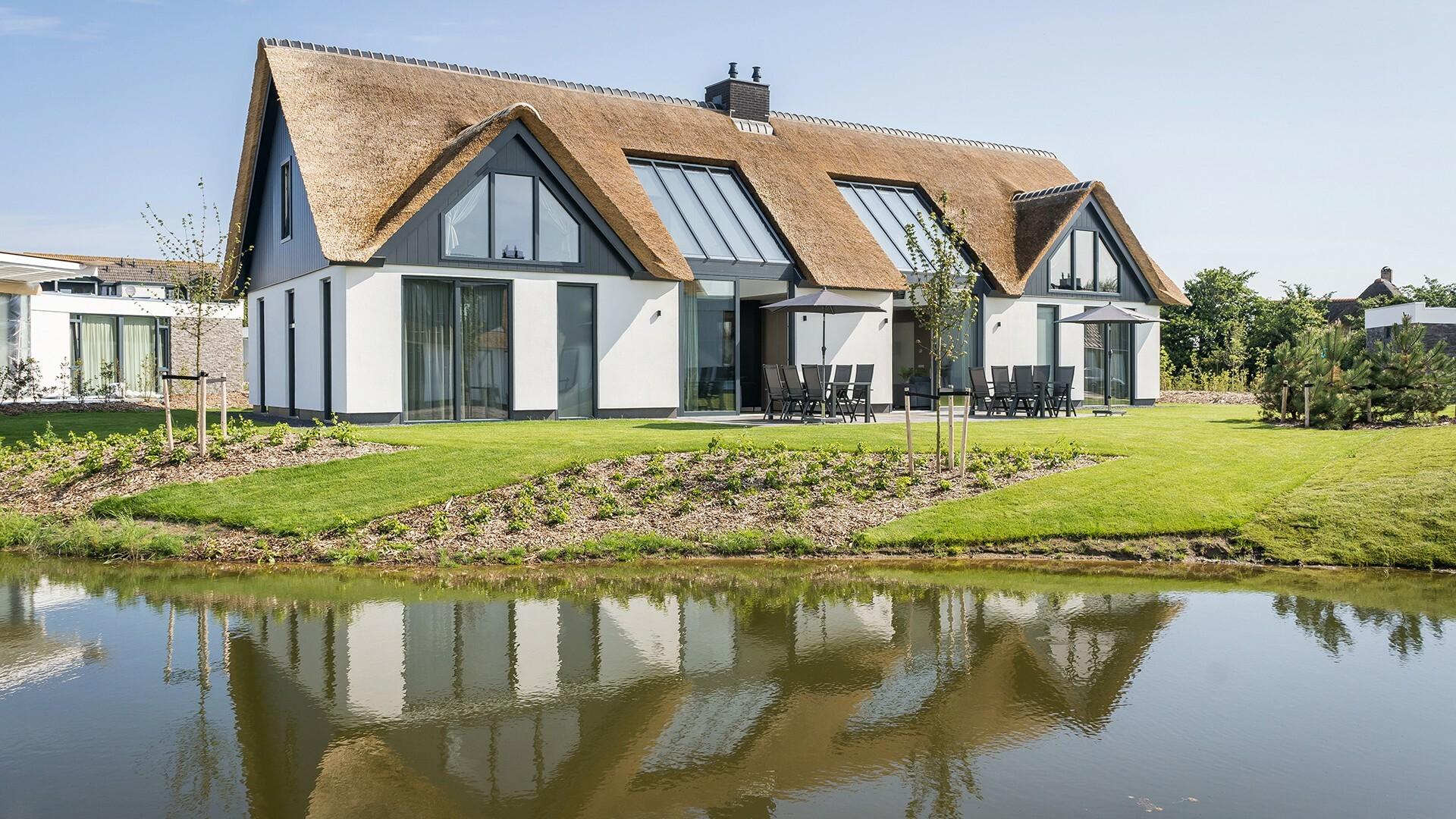 Luxe villa buitenzijde met terras Villapark De Koog VVV Texel