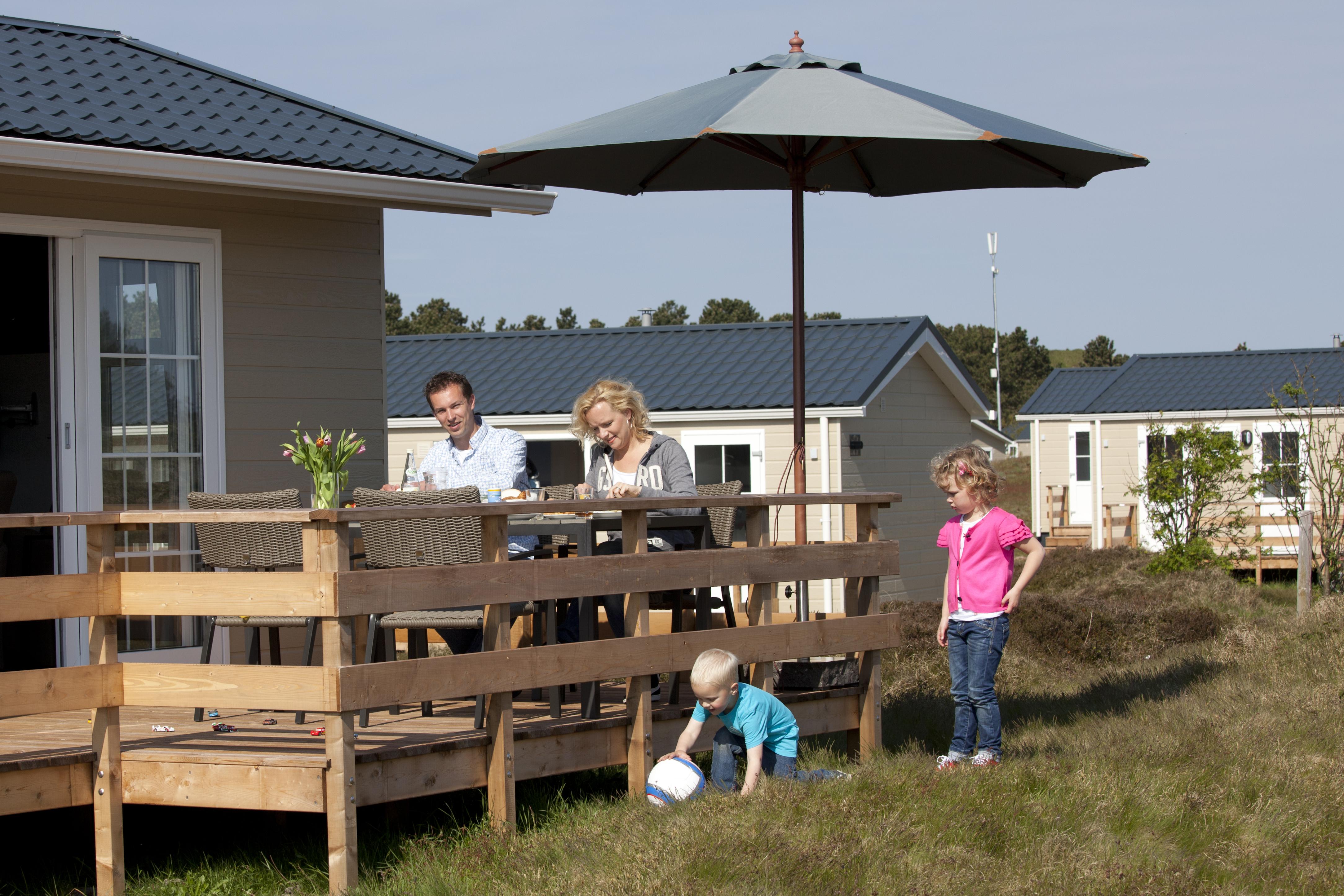 Gezin met ontbijt en spelende kinderen op Loodsmansduin VVV Texel fotograaf Tessa Jol