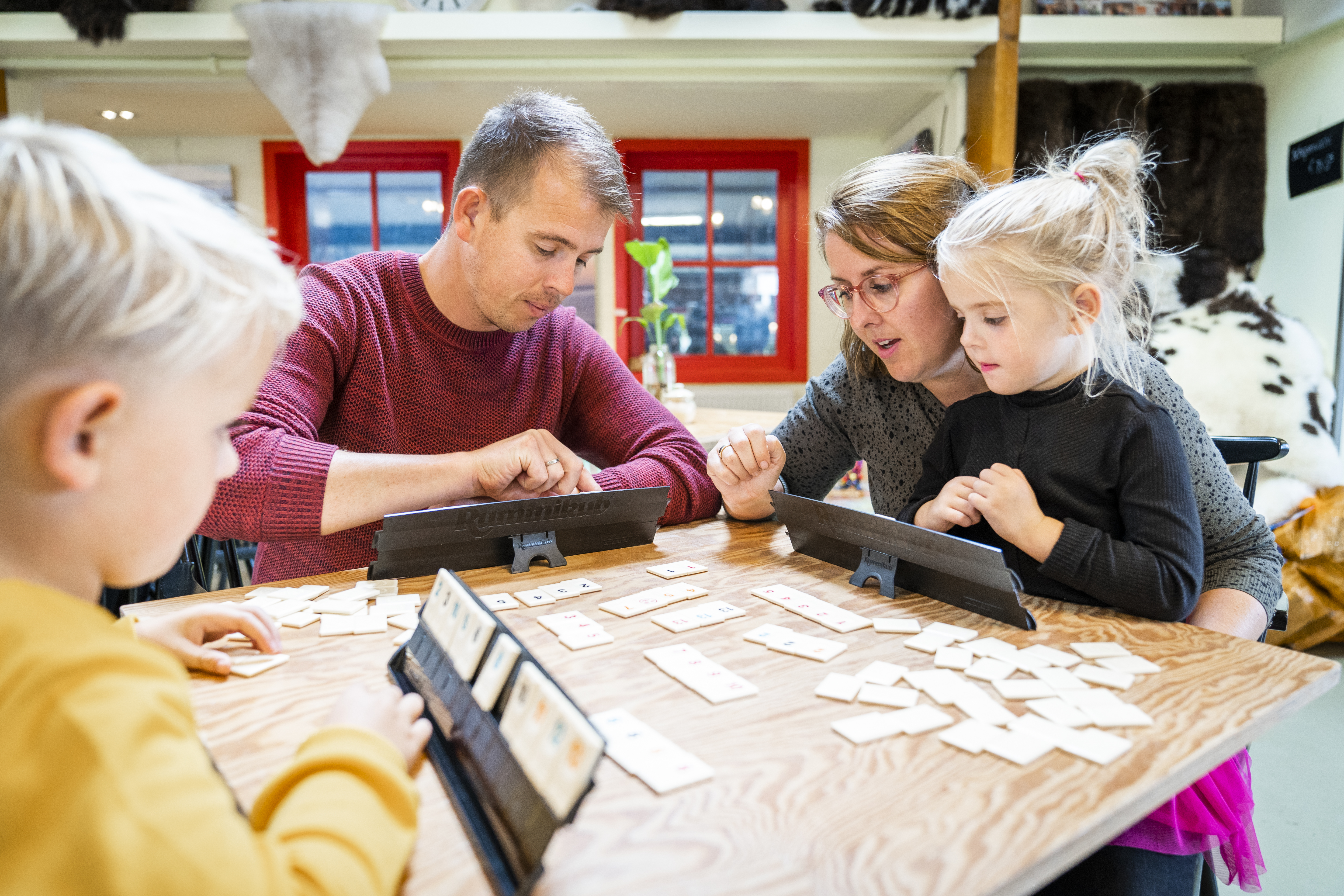 Gezin speelt spelletjes tijdens de vakantie VVV Texel fotograaf Liselotte Schoo
