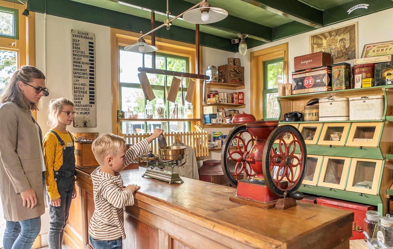 Binnen kijken in een oud Texels winkeltje bij Museum Kaap Skil VVV Texel