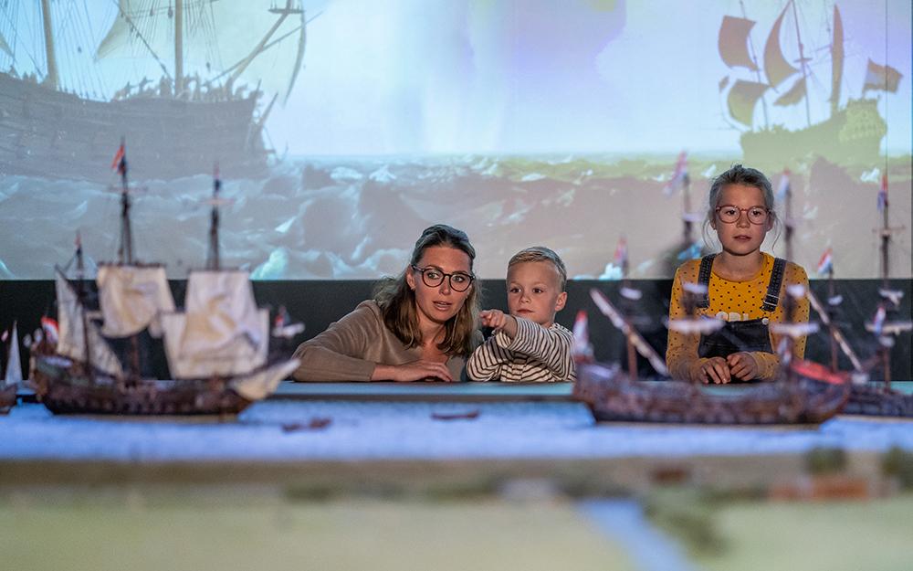 Expositie VOC bekijken in Mueum Kaap Skil VVV Texel fotograaf Stefan Krofft