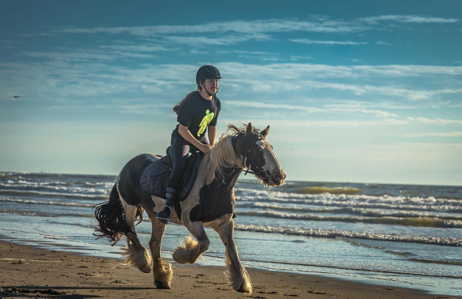 Strandrit met paard op Texel VVV Texel Iris Borst