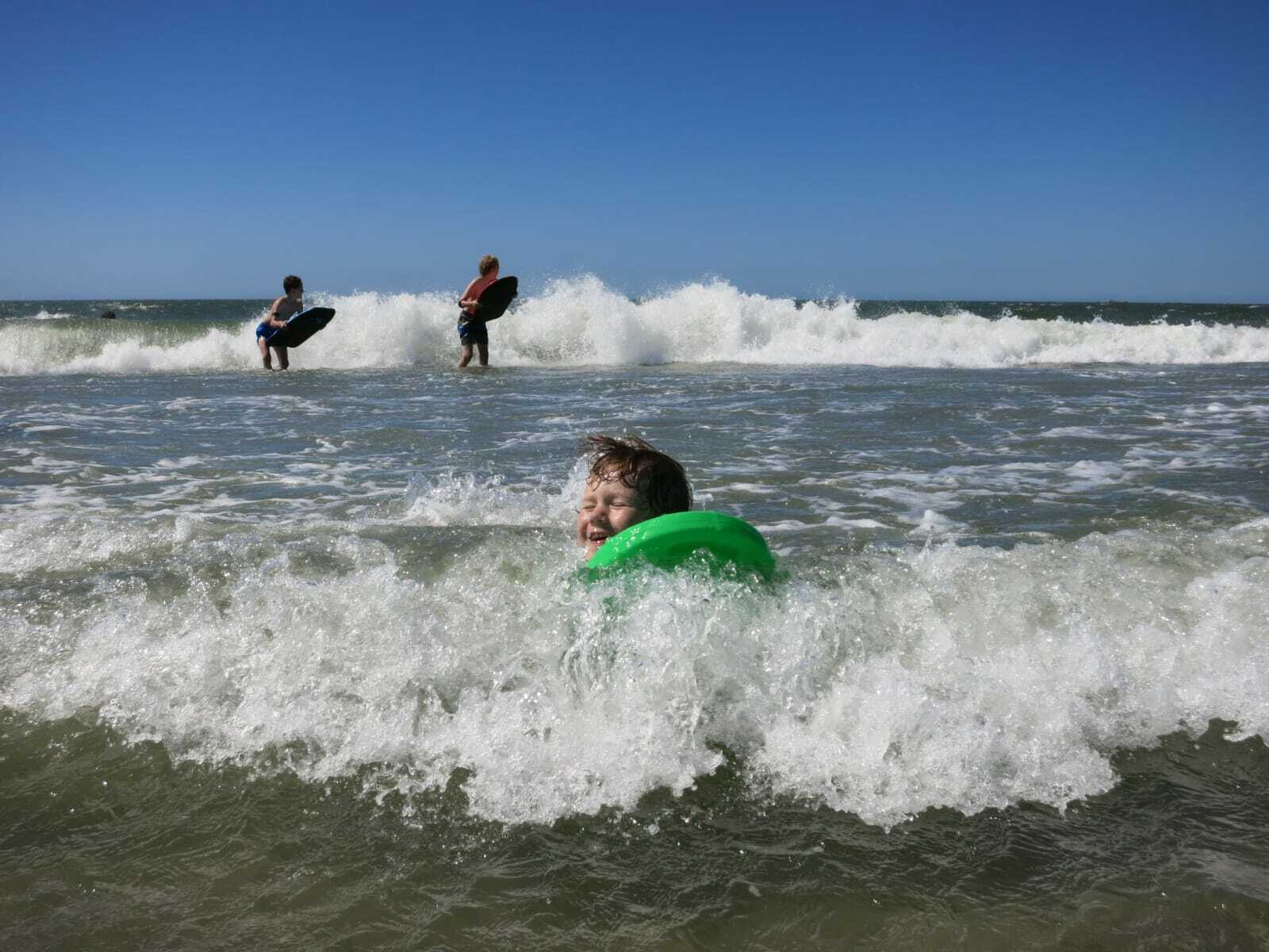 Kinderen zwemmen in zee fotograaf Annika Riedmann VVV Texel