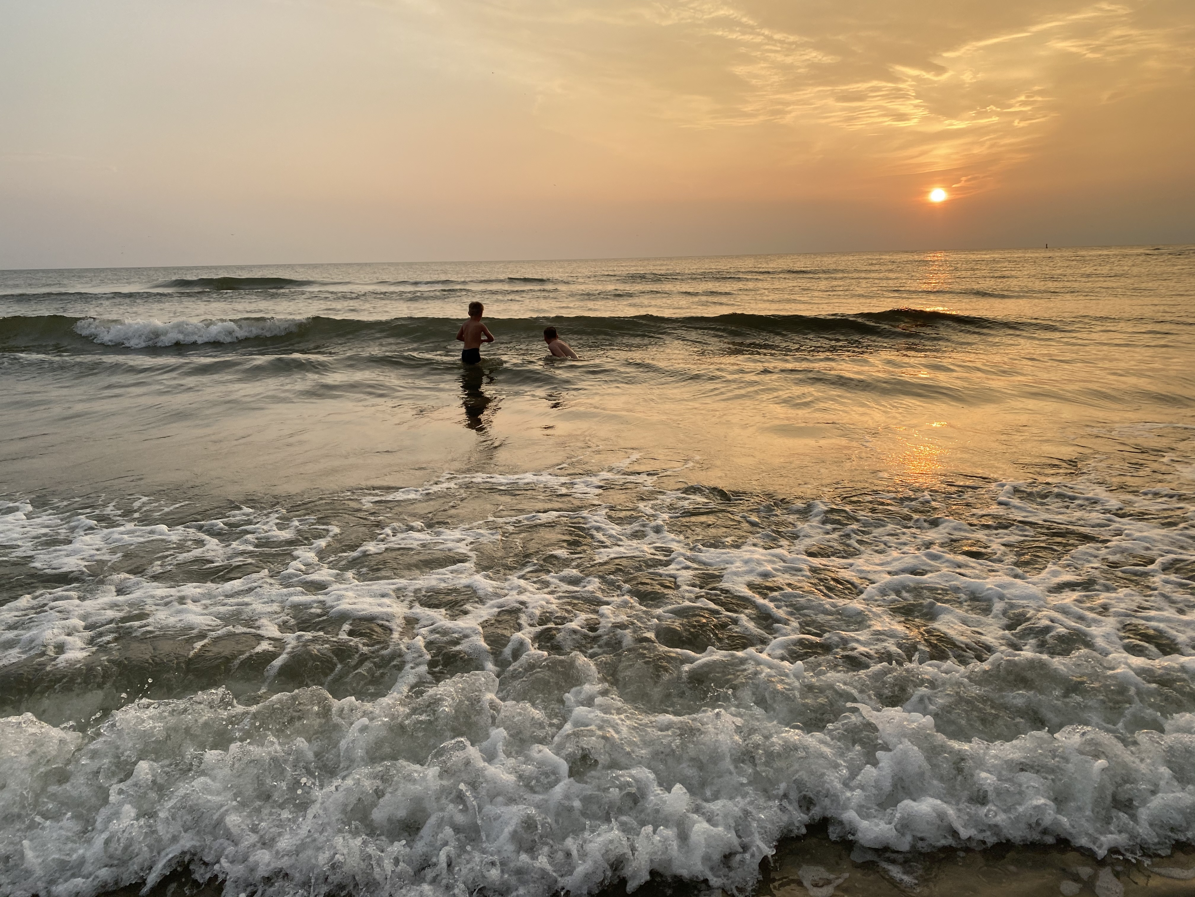 Kinderen zwemmen in zee zonsondergang VVV Texel Jera van der Linde