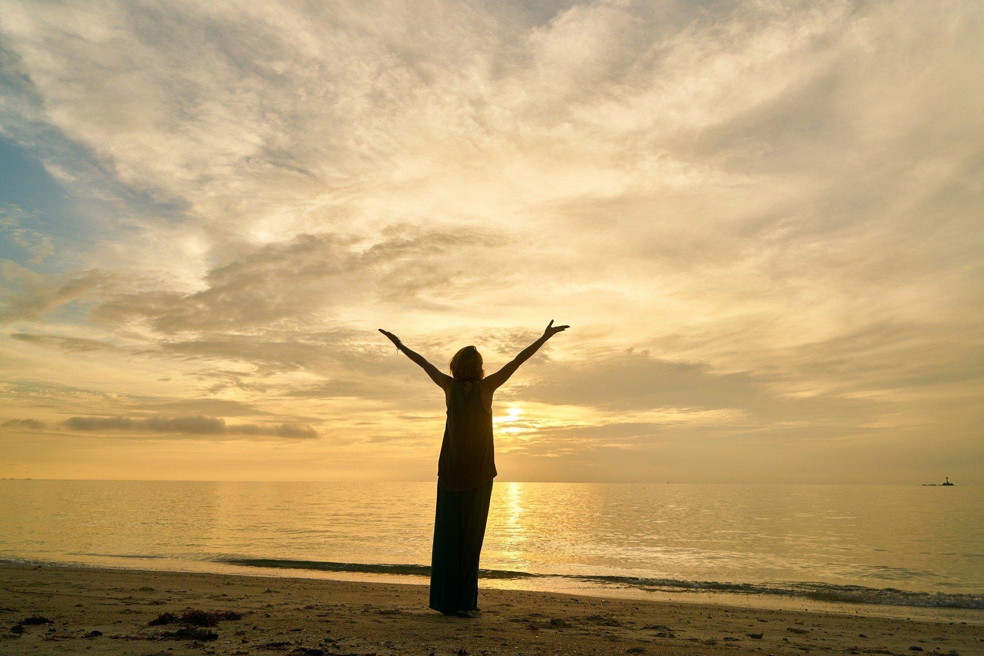Yoga op het strand met zonsondergang VVV Texel