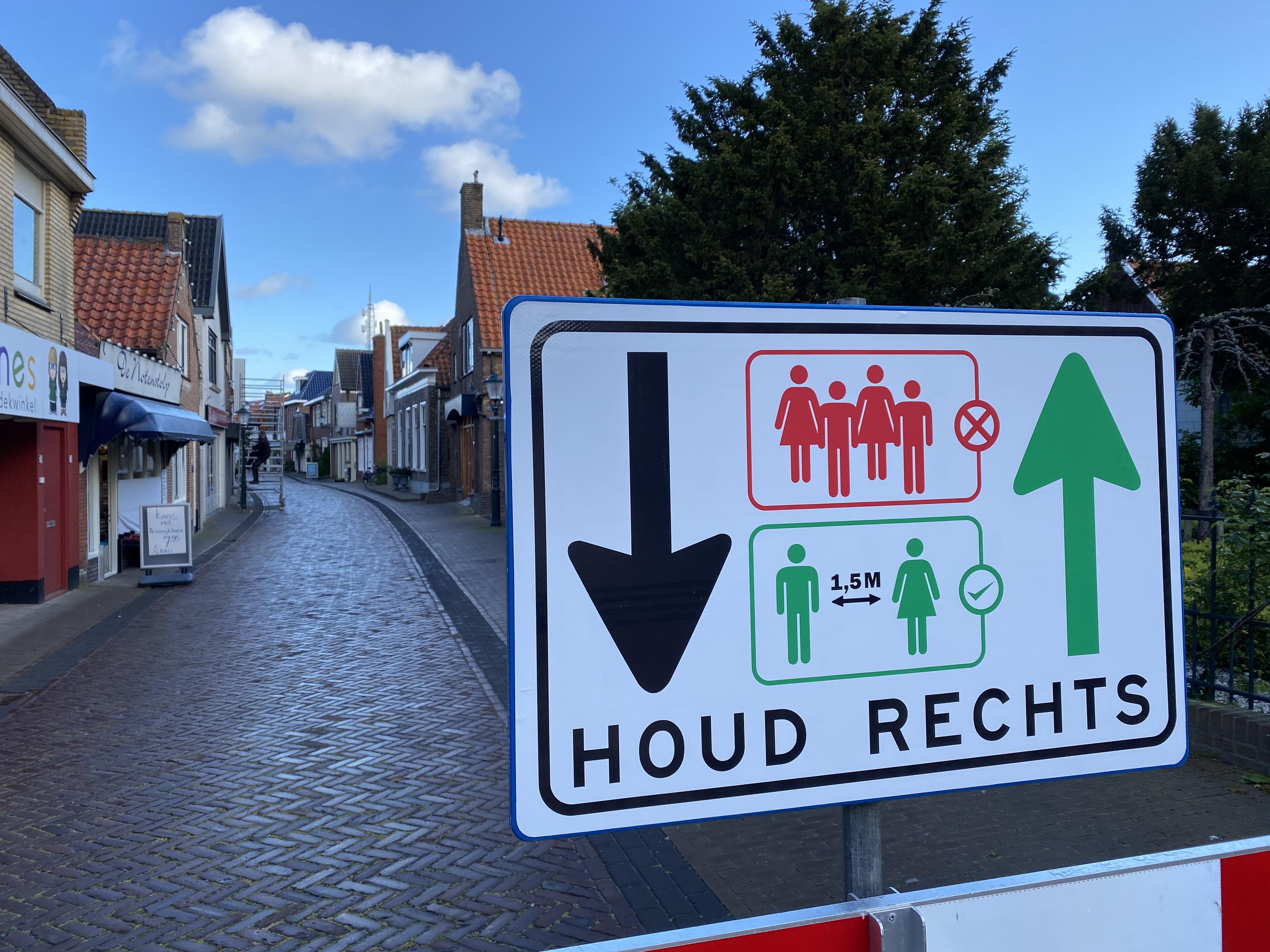 Corona maatregelen bord Den Burg houd rechts VVV Texel