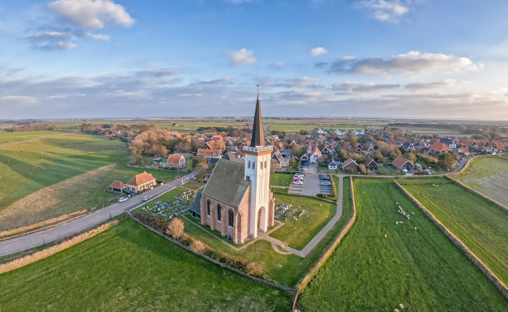 Luchtfoto kerk Den Hoorn met dorp erachter VVV Texel fotograaf Justin Sinner