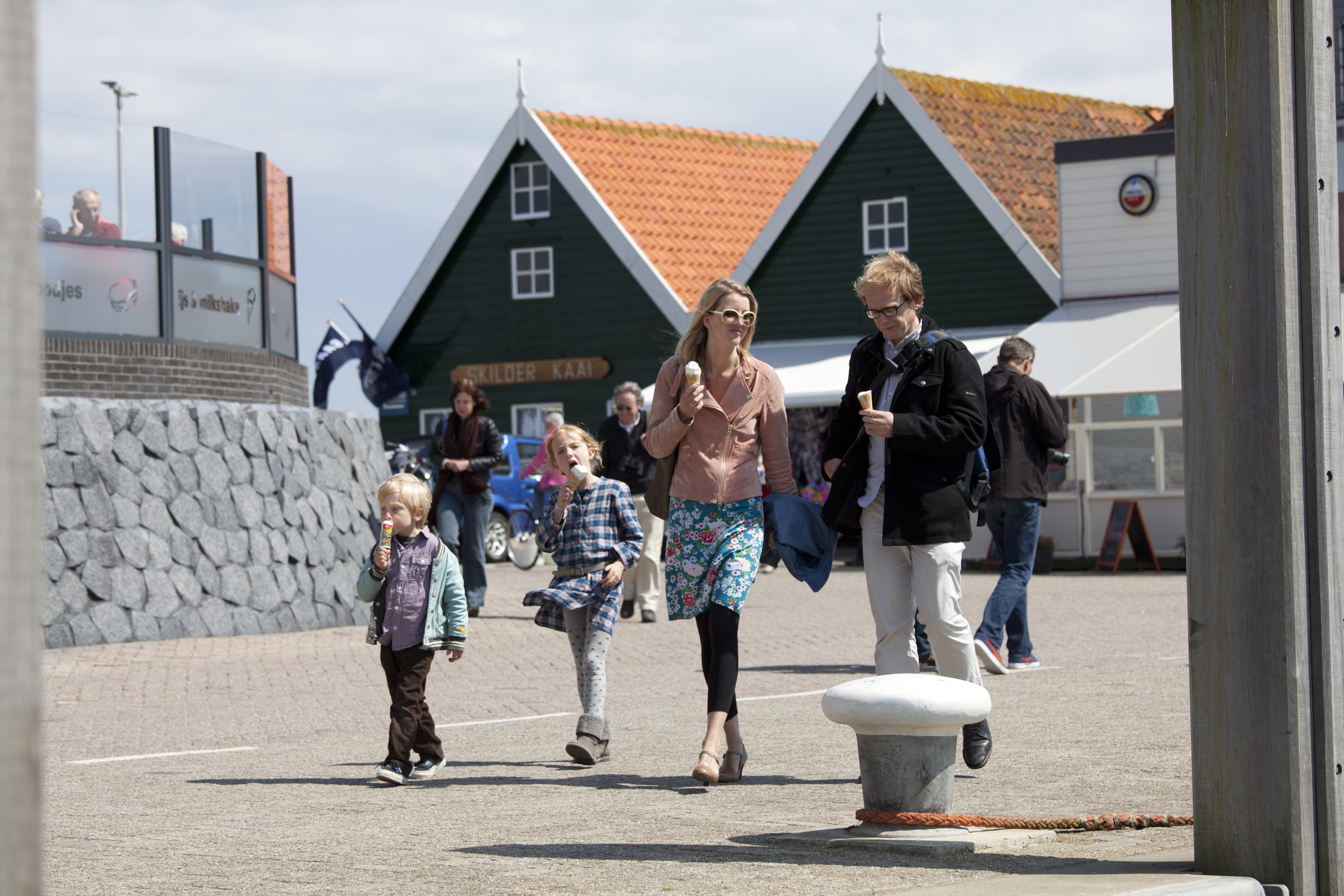 Ijsje eten gezin haven van oudeschild VVV Texel