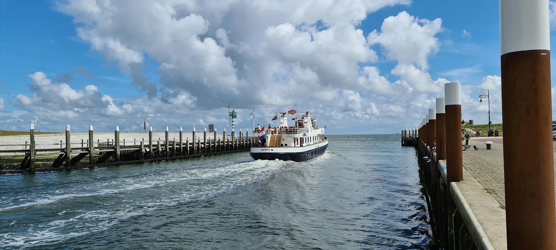 TX 44 vaart de haven uit VVV Texel