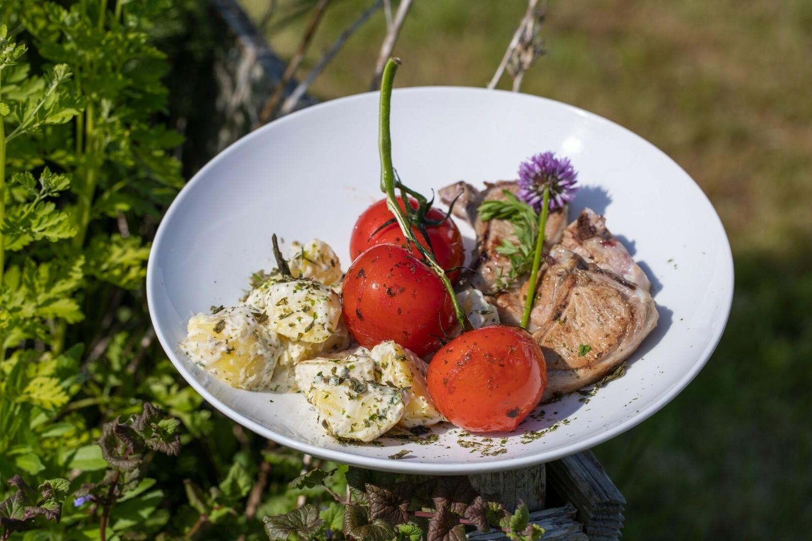 Recept voor gerecht lamskotelet met aardappel en tomaat VVV Texel fotograaf Annette van Ruitenburg