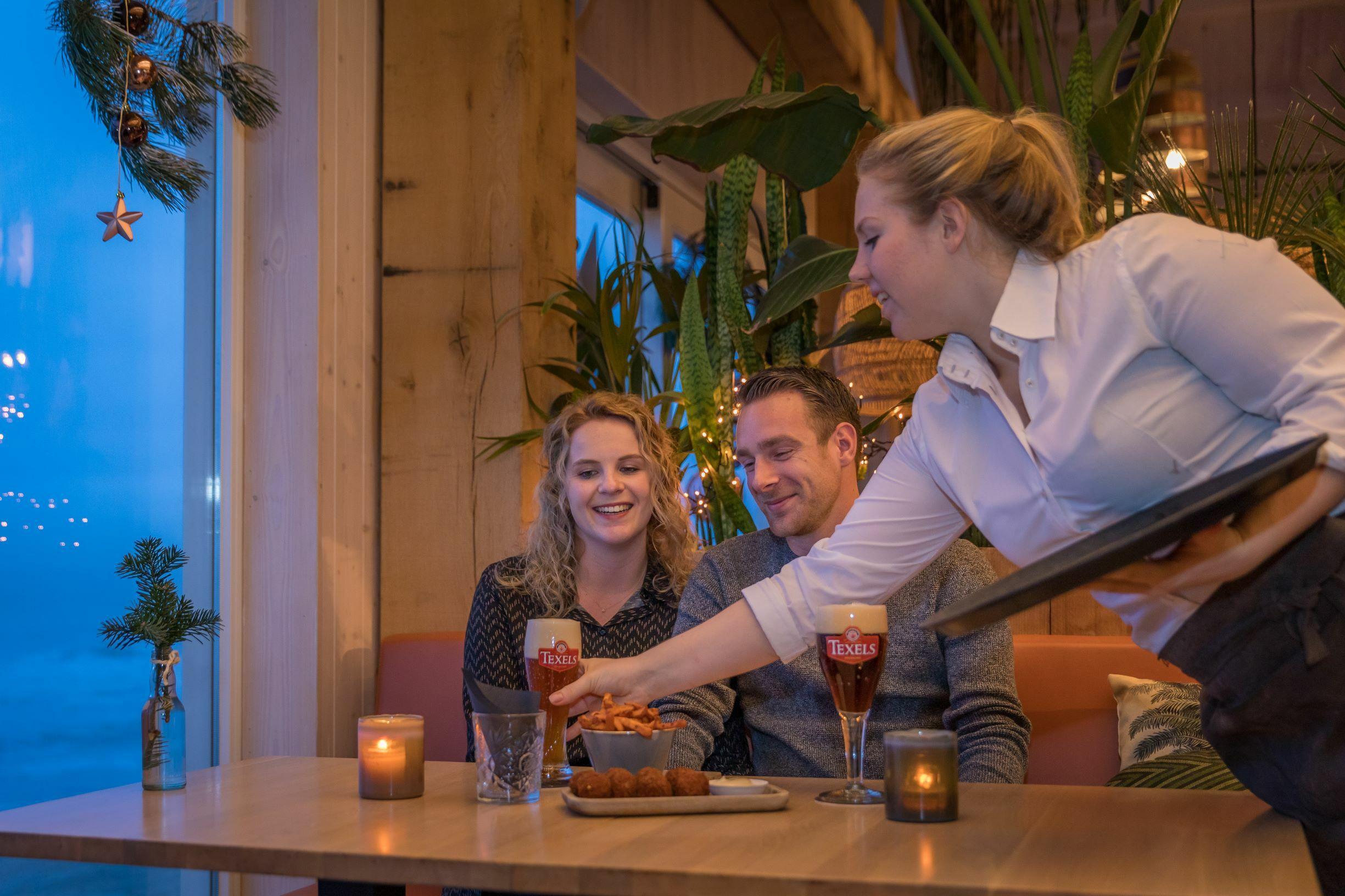 Stel met Texels bier bij Gastropaviljoen XV VVV Texel fotograaf Evalien Weterings 1