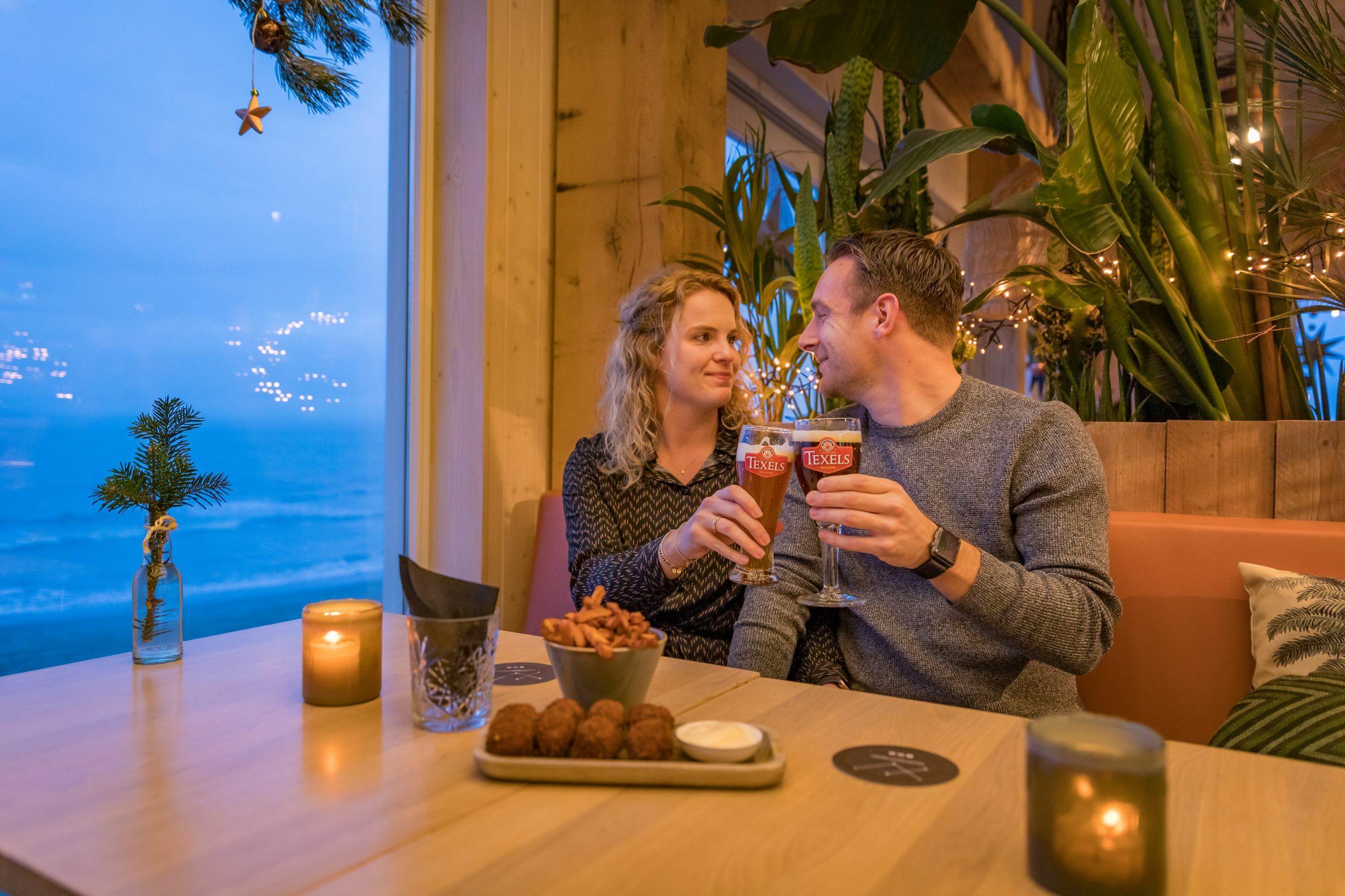 Stel met Texels biertje bij Gastropaviljoen XV VVV Texel fotograaf Evalien Weterings 4