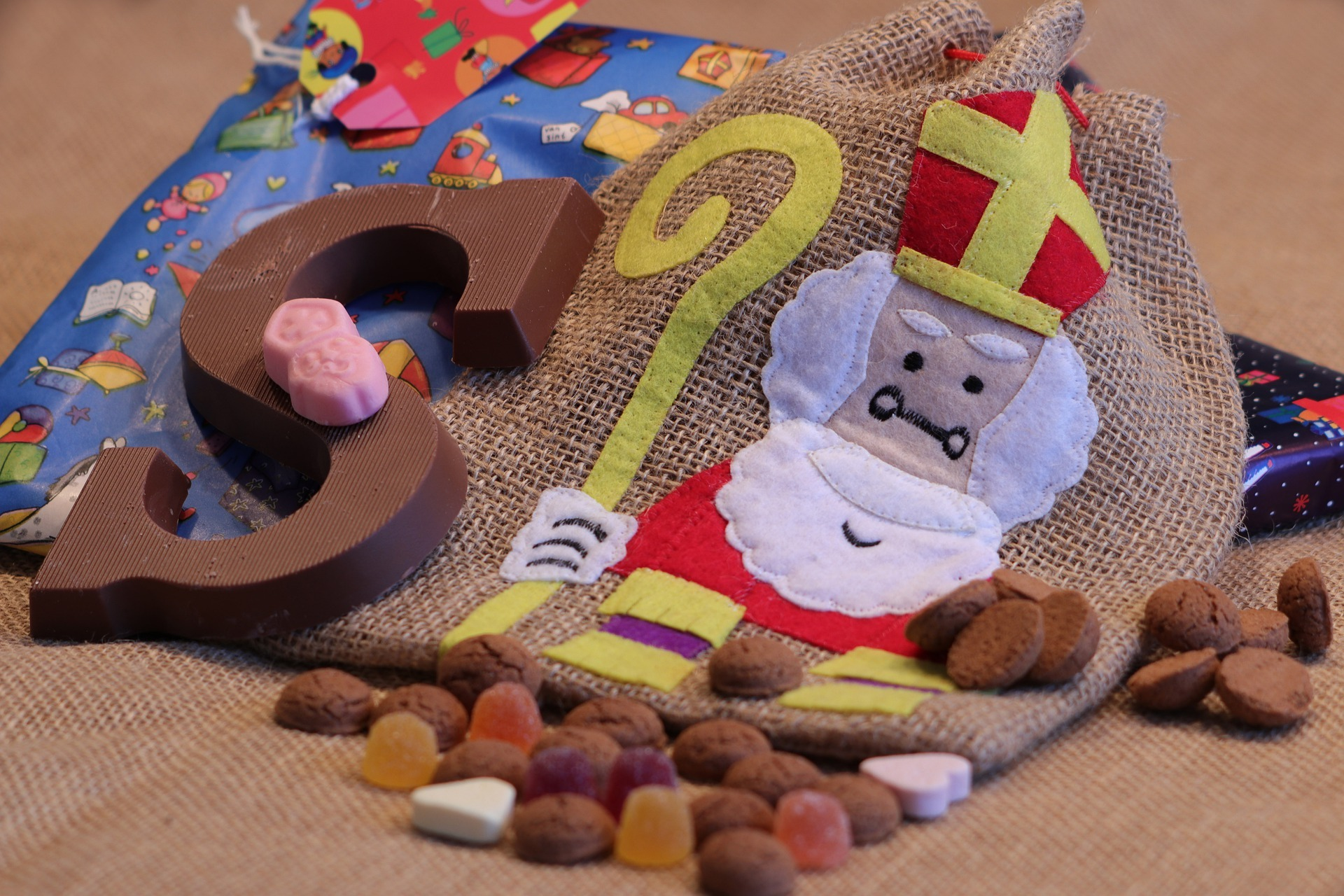 Snoepgoed en zakje met Sinterklaas VVV Texel