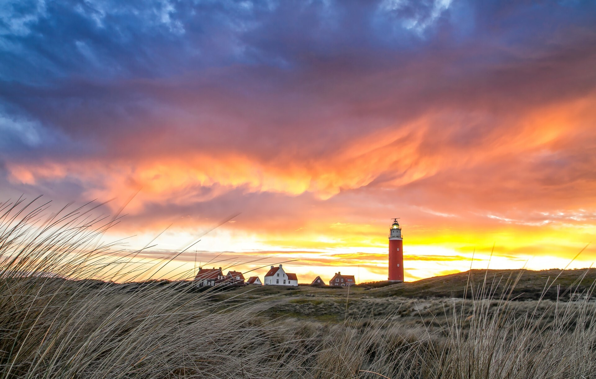 Vuurtoren met spannende wolkenluchten VVV Texel fotograaf Justin Sinner