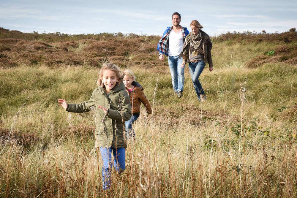 Gezin wandelen duinen Vakantiepark De Krim VVV Texel