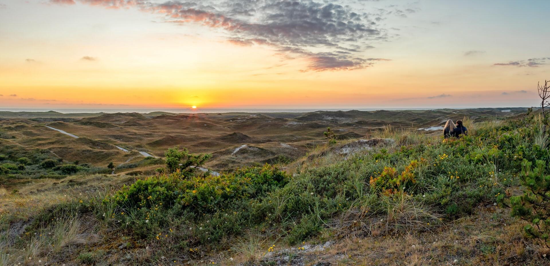 Stel in de duinen bij de zonsondergang VVV Texel fotograaf Justin Sinner