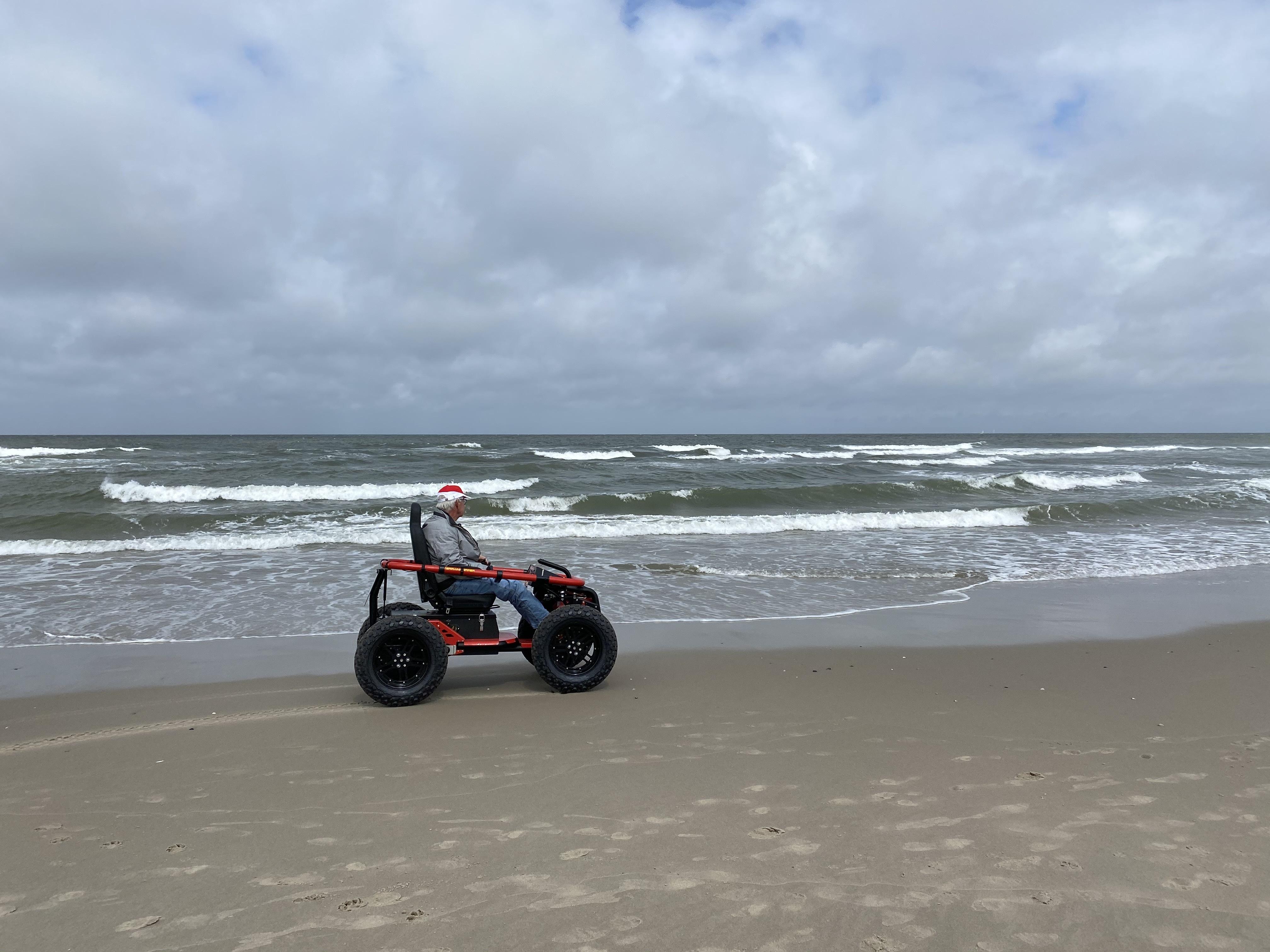 Rolstoel voor mindervaliden op het strand strandhopper VVV Texel SIGT 2