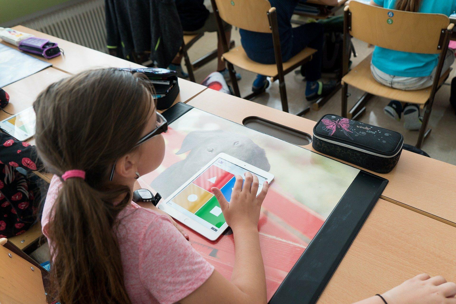 Kind in klas met i Pad voor werkstuk VVV Texel