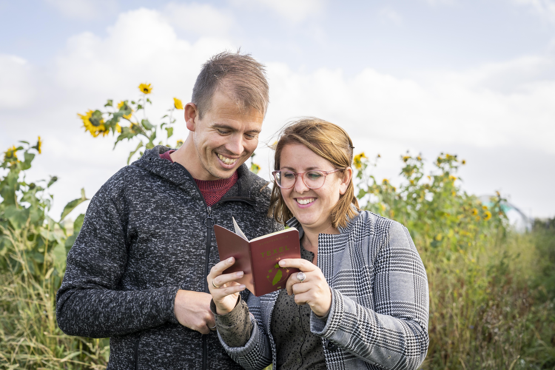 Stel met Texel Paspoort VVV Texel