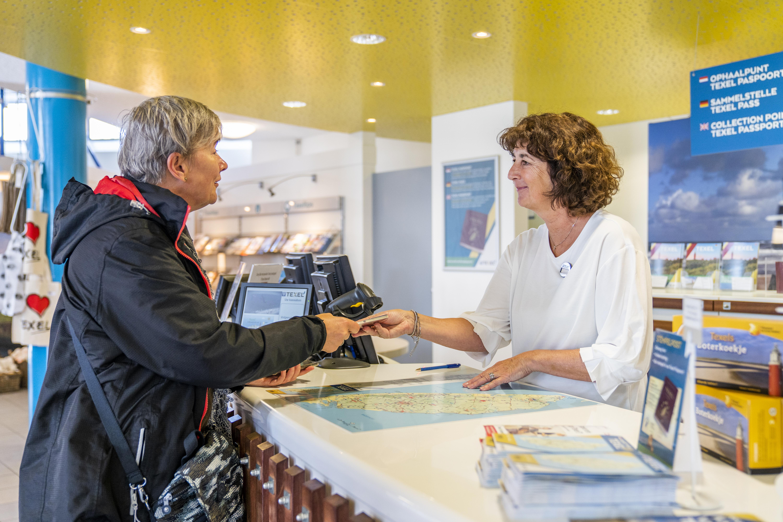 Texel Paspoort ophalen in de winkel van VVV Texel
