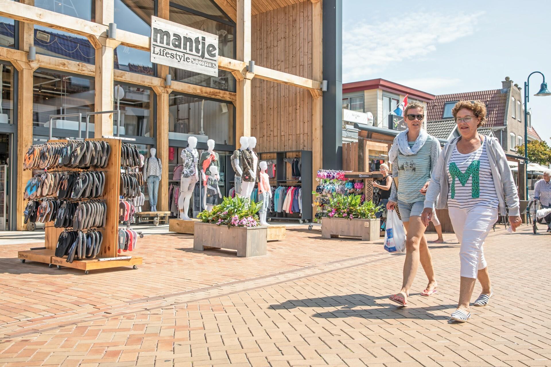 Winkelen in dorpsstraat De Koog VVV Texel fotograaf Justin Sinner