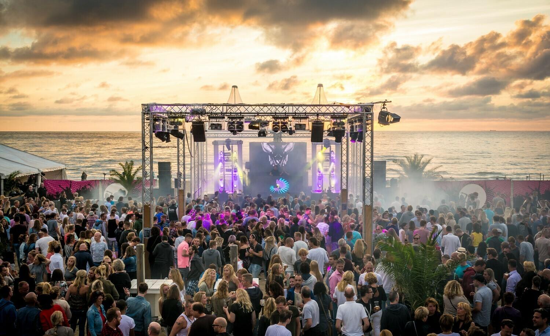 Festival Sunbeats DJ optreden met publiek aan het strand fotograaf Stefan Krofft VVV Texel
