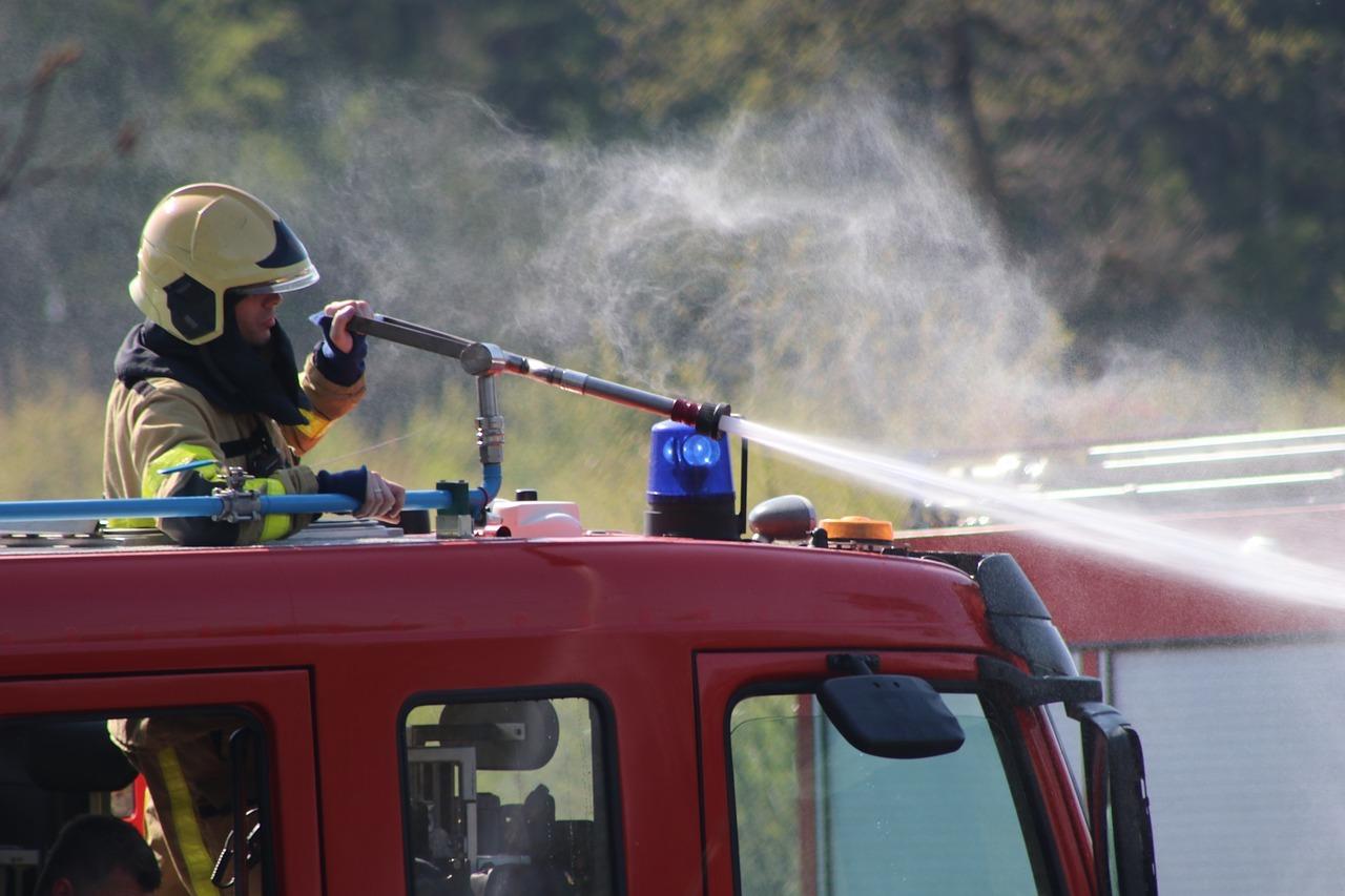 Brandweerauto aan het blussen natuurgebied VVV Texel